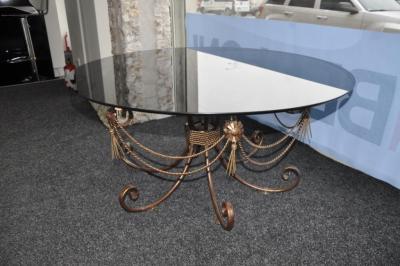 Стол с коваными ножками